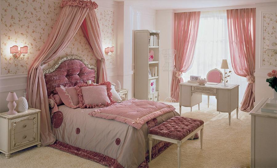 Розовая кровать в детской для девочки