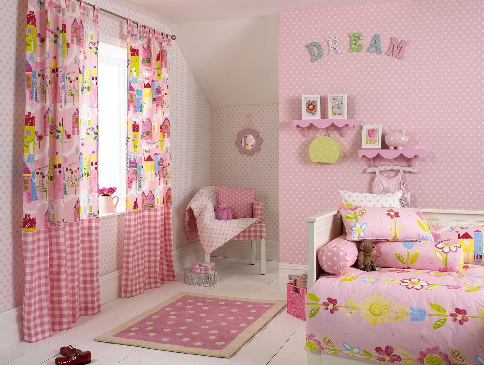 Розовый коврик в детской комнате