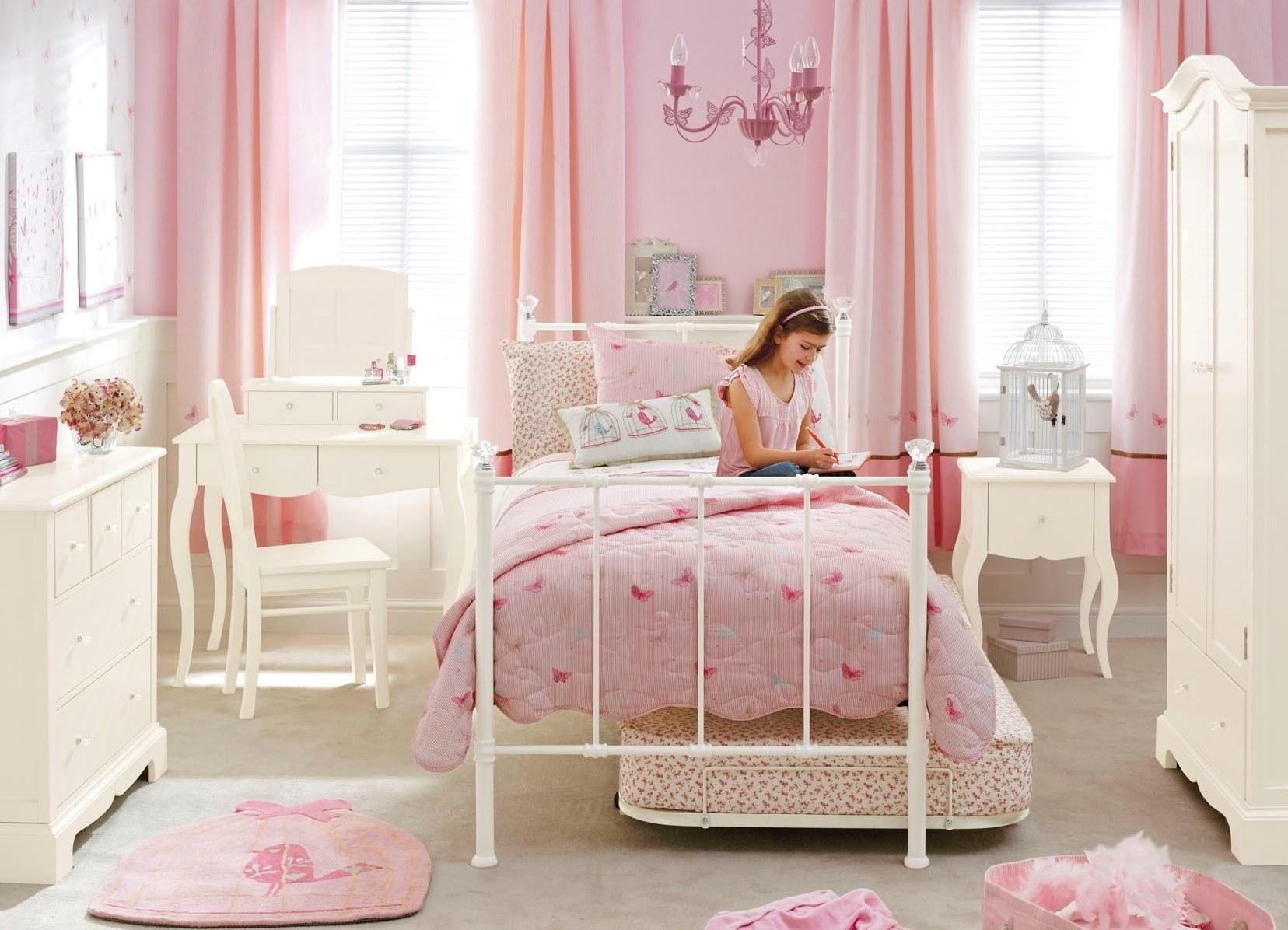 Оформление стен в розовом цвете