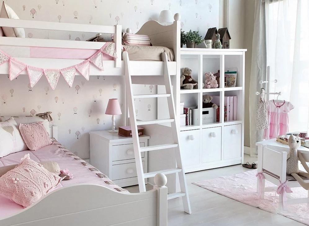 Белая детская комната с двухэтажной кроватью