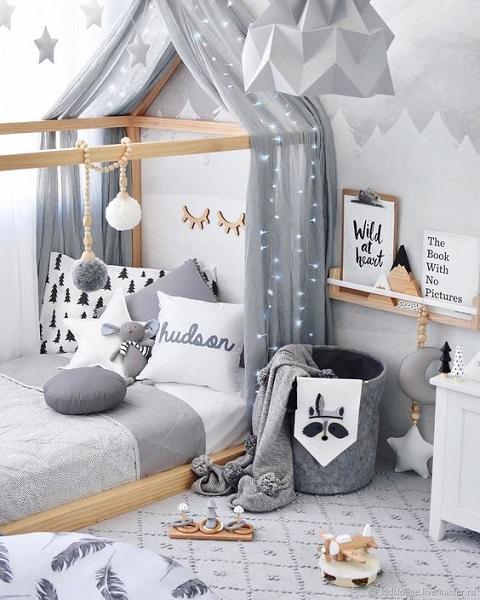 Обилие текстиля в детской комнате при оформлении в скандинавском стиле