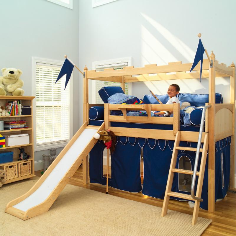 Детский уголок с кроватью и столом для мальчика