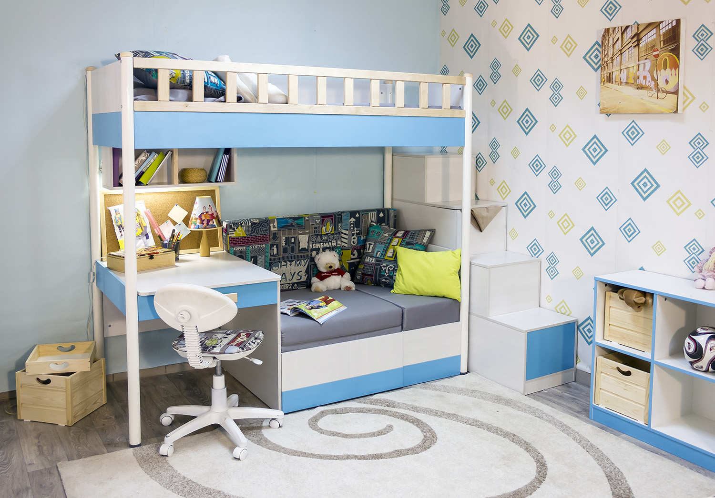Детский уголок с кроватью и столом для девочки