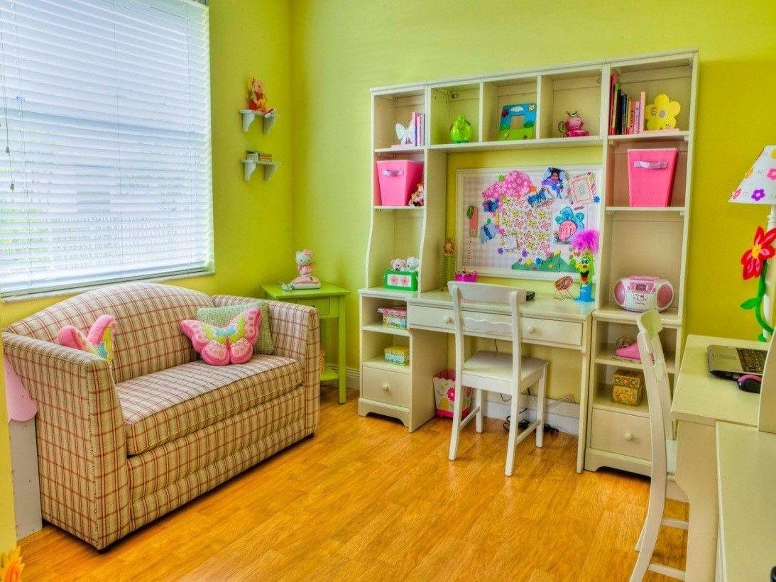 Детская комната для девочки в желтом цвете