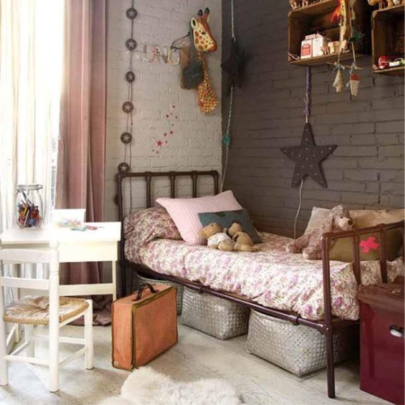 Металлическая кровать с красивым изголовьем